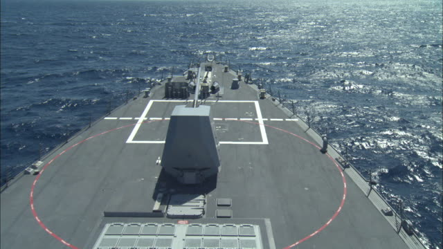 a gun turret rotates on a destroyer warship. - militärschiff stock-videos und b-roll-filmmaterial