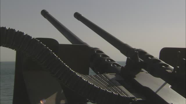 vidéos et rushes de ms pan tu td gun turret with double barrel swiveling on deck / united arab emirates - arme à feu