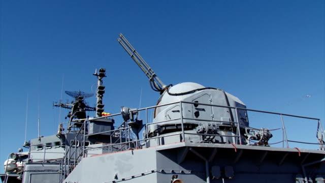 vídeos de stock e filmes b-roll de gun warship induced on the target - navio de batalha