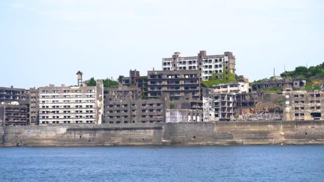 vídeos y material grabado en eventos de stock de gunkanjima (hashima island) view from the sea - pared de cemento