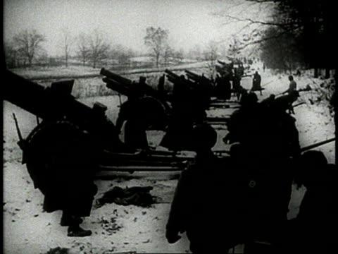 vídeos de stock e filmes b-roll de gunners loading artillery pans to soldiers ducking with explosion in distance - rasto de movimento