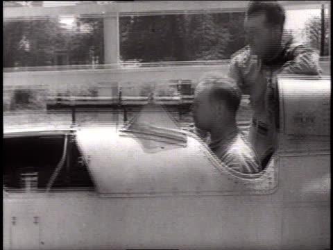 vídeos de stock e filmes b-roll de gunnery training from a simulator / naval air station pensacola, florida, united states - rasto de movimento