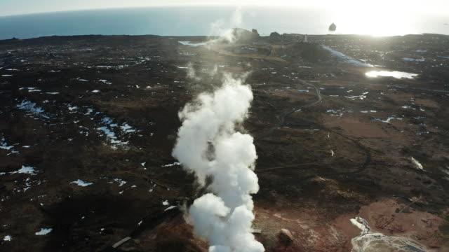 gunnuhver geothermal area, reykjanes peninsula, iceland. aerial view - 噴気孔点の映像素材/bロール