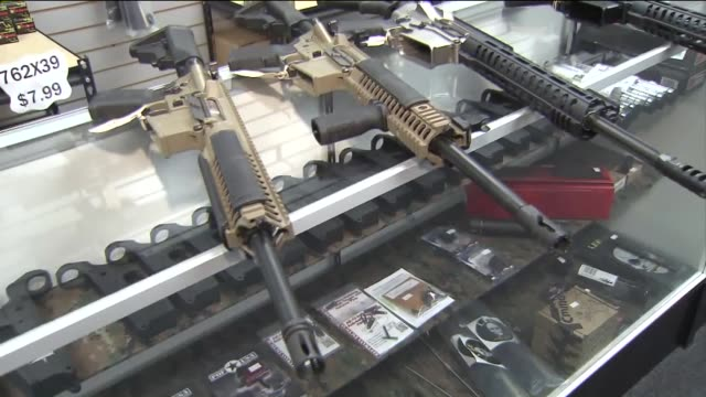 stockvideo's en b-roll-footage met ktla guns displayed in gun store in riverside - vuurwapenwinkel