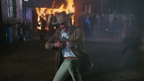 vídeos y material grabado en eventos de stock de gunshots and people fighting wild west style in mexico 1970s. - western usa