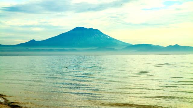 vídeos de stock, filmes e b-roll de t e l gunung batur de sanur beach - céu romântico