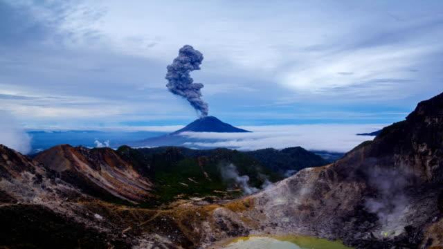 vídeos de stock e filmes b-roll de gunung sinabung volcano eruptions - vulcão