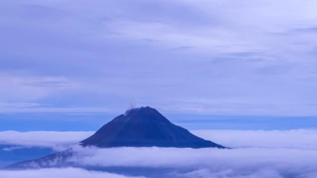 vídeos y material grabado en eventos de stock de gunung sinabung volcán, vista desde el monte sibayak. - erupcionar