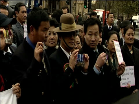 vídeos y material grabado en eventos de stock de gurkha war veterans gather in westminster to pose for photographers following victory in court london may 2009 - gurkha