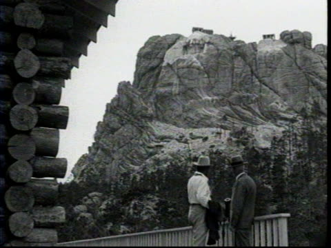 gutzon borglum works on a model of george washington's head for the mount rushmore monument / a reporter approaches borglum at the model and shakes... - mt rushmore national monument stock videos & royalty-free footage
