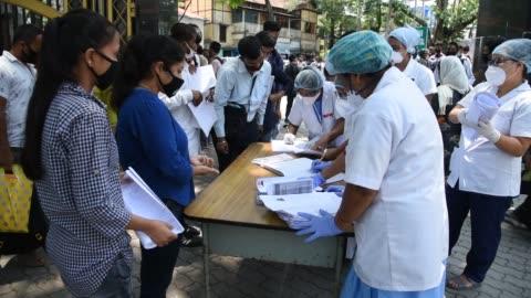 vídeos y material grabado en eventos de stock de guwahati, assam, india. 2 june 2020. health workers receives job application from applicants, at mahendra mohan choudhury hospital , during covid-19... - formulario de solicitud