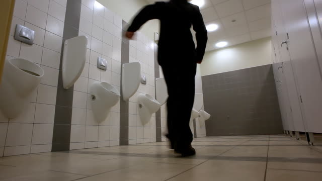 stockvideo's en b-roll-footage met guy at the urinals - badkamer