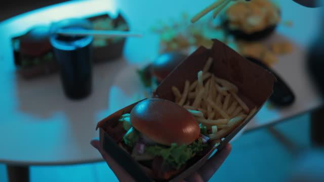 vídeos y material grabado en eventos de stock de chico comiendo una hamburguesa - unhealthy eating