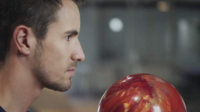 vídeos de stock, filmes e b-roll de cara jogando boliche - cancha de jogo de boliche