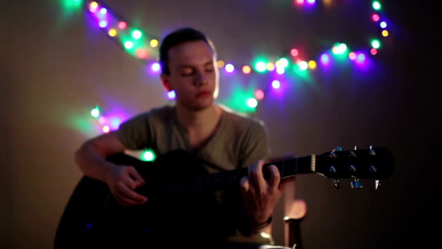 mann spielt gitarre - darstellender künstler stock-videos und b-roll-filmmaterial