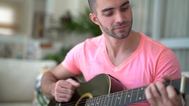 vídeos de stock, filmes e b-roll de cara tocando guitarra - hobbie