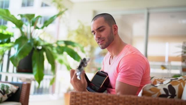 Guy de jouer de la guitare