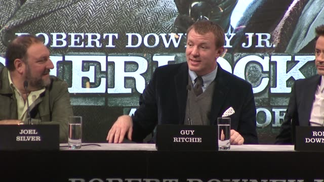 vidéos et rushes de guy ritchie on directing a naked stephen fry at the sherlock holmes game of shadows press conference at one mayfair on 12th december 2011 in london uk - stephen fry