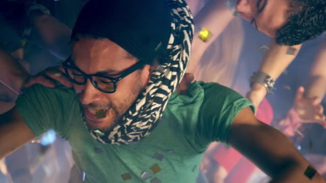 vídeos de stock, filmes e b-roll de guy palco mergulho - óculos