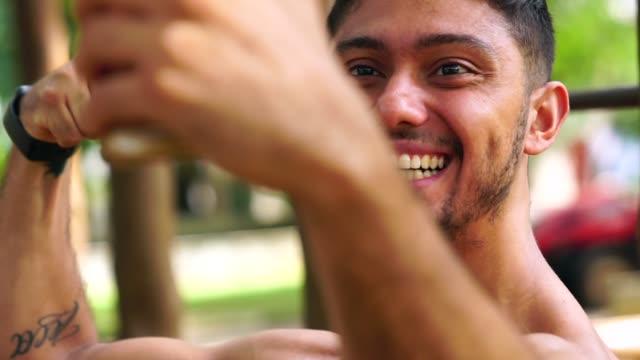 公園で運動した後、selfie を撮っている人 - ペルー人点の映像素材/bロール
