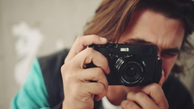 vídeos de stock, filmes e b-roll de cara tirando foto em pistas - photo shooting