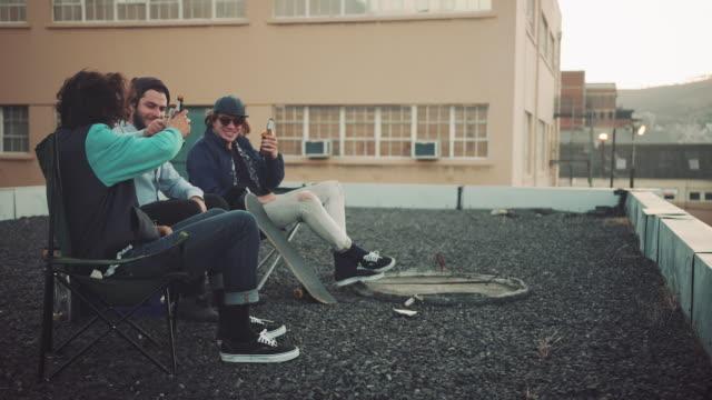 Killar som hänger på taket