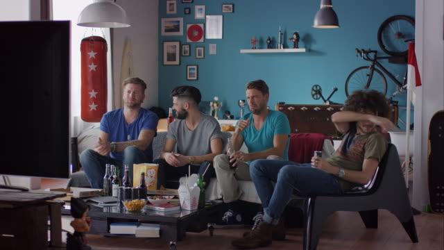 vídeos de stock, filmes e b-roll de caras sentada no sofá assistindo filme de terror - nojo