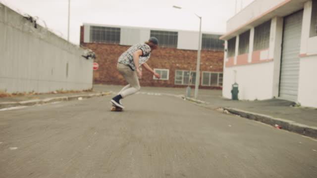 Ragazzi skateboard sulla strada