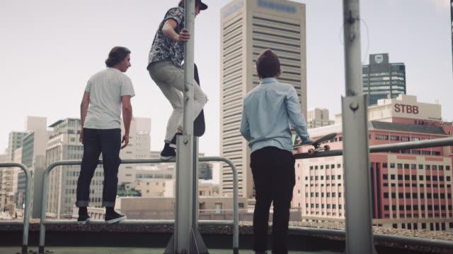 vidéos et rushes de gars debout sur le toit - toit