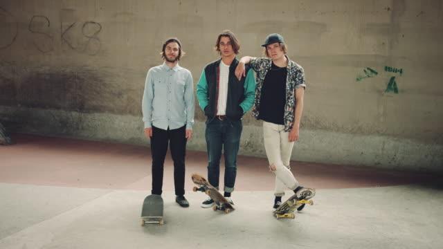 Jungs mit Skateboards