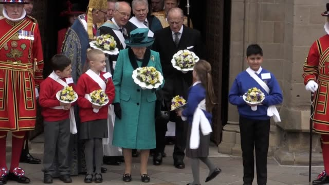 gvs as the queen and duke of edinburgh leave leicester cathedral following the maundy service pose for a picture with the yeoman of the guard and... - レスターシャー点の映像素材/bロール