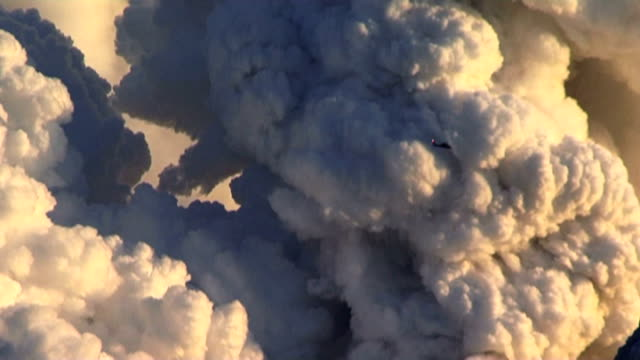 gvs billowing ash cloud from eyjafjallajã¶kull volcano - cenere video stock e b–roll