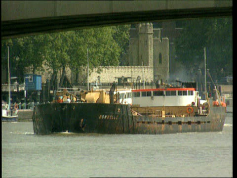 ext gvs bowbelle dredger along cf = b0553943 or b0554620 200442 to 200619 mix - marchioness stock videos and b-roll footage