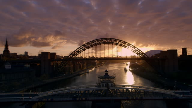 stockvideo's en b-roll-footage met gvs bridges over the river tyne at dusk - newcastle upon tyne