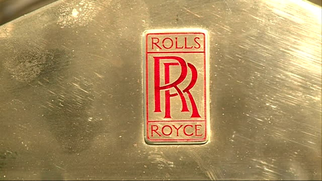 vídeos y material grabado en eventos de stock de london battersea int gvs old rolls royce on display in auction showroom / gvs rolls royce badge / gvs classic rolls royce / gvs historic race series... - sala de muestras