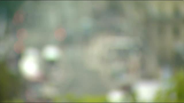gvs edinburgh; traffic on princes street seen from above / edinburgh city skyline including edinburgh castle / pedestrians and traffic on street,... - 見渡す点の映像素材/bロール