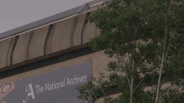 vídeos de stock, filmes e b-roll de gvs ext national archives, kew, uk - bbc archives