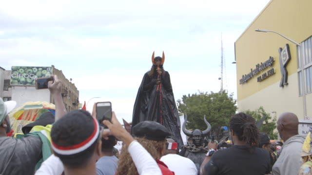 vídeos y material grabado en eventos de stock de gvs from brooklyn new york where a predawn street masquerade known as j'ouvert marks the beginning of caribbean carnival on labor day and crime and... - stilts