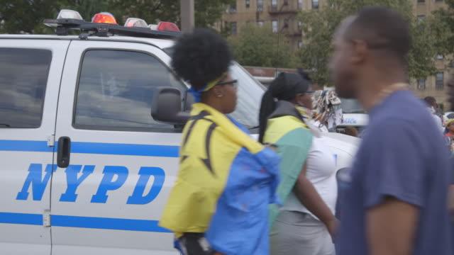 vídeos de stock e filmes b-roll de gvs from brooklyn, new york, where a pre-dawn street masquerade known as j'ouvert marks the beginning of caribbean carnival on labor day, and crime... - dia do trabalhador