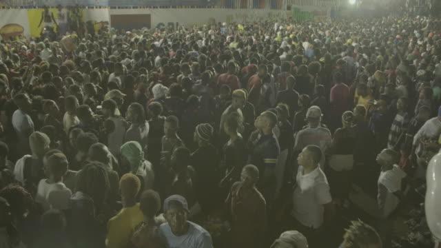 vidéos et rushes de gvs from haiti's annual carnival celebration in port-au-prince, a day after bloody political protests. - préservatif