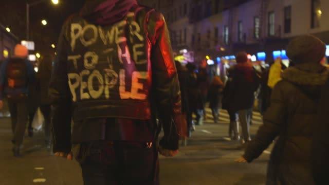 stockvideo's en b-roll-footage met gvs from new york city where thousands protest a grand jury's decision to not indict an nypd officer in the death of eric garner - black lives matter