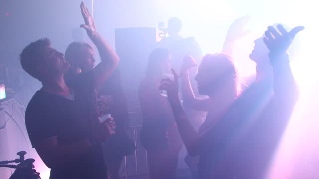 vidéos et rushes de gvs from remembrance festival in miami where crowds gather to hear electronic dance music. - sortir en boîte de nuit
