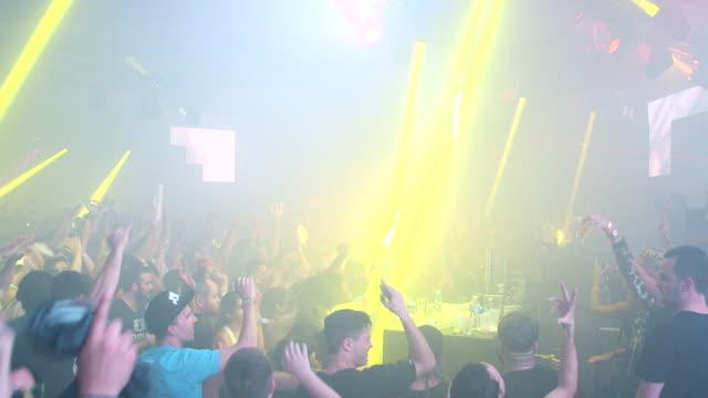 vídeos de stock, filmes e b-roll de gvs from remembrance festival in miami where crowds gather to hear electronic dance music - clubbing