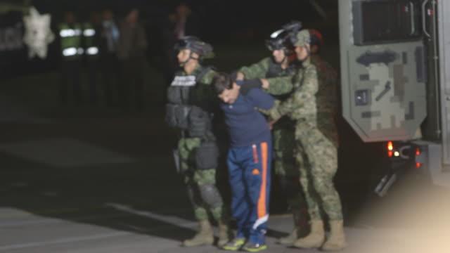 vídeos y material grabado en eventos de stock de gvs from sinaloa where captured el chapo boards helicopter in front of press - detención