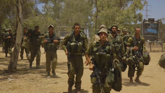 stockvideo's en b-roll-footage met gvs from the israeli side of the gaza strip where idf soldiers are preparing for war - israëlisch leger
