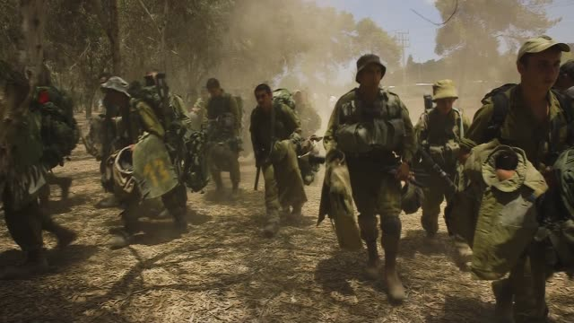 gvs from the israeli side of the gaza strip where idf soldiers are preparing for war - israelisches militär stock-videos und b-roll-filmmaterial