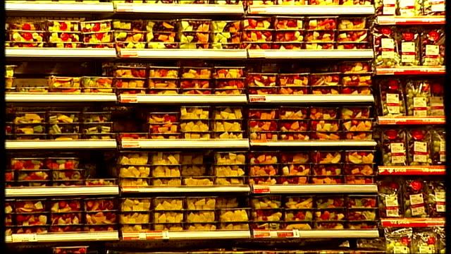 vídeos de stock e filmes b-roll de gvs marks spencer simply food store england london ext marks and spencer simply food store entrance / food on display inside store / entrance to ms... - marks and spencer