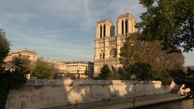 gvs notre dame catherdral paris - notre dame de paris stock videos & royalty-free footage