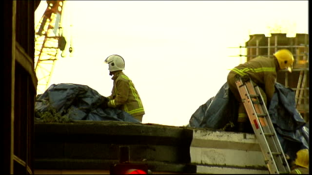 vídeos de stock e filmes b-roll de gvs of aftermath of police helicopter crash into glasgow pub scotland glasgow some news commentary heard over these shots gvs of scene of police... - glasgow escócia