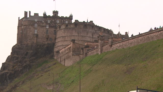 gvs of edinburgh castle and castle wall - general view stock videos & royalty-free footage